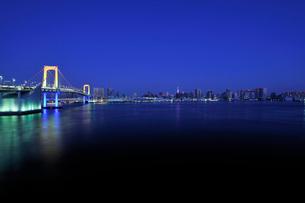 大晦日深夜のレインボーブリッジのスペシャルライトアップの写真素材 [FYI01442902]