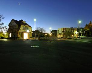 夜明けの田園調布駅前の写真素材 [FYI01442910]