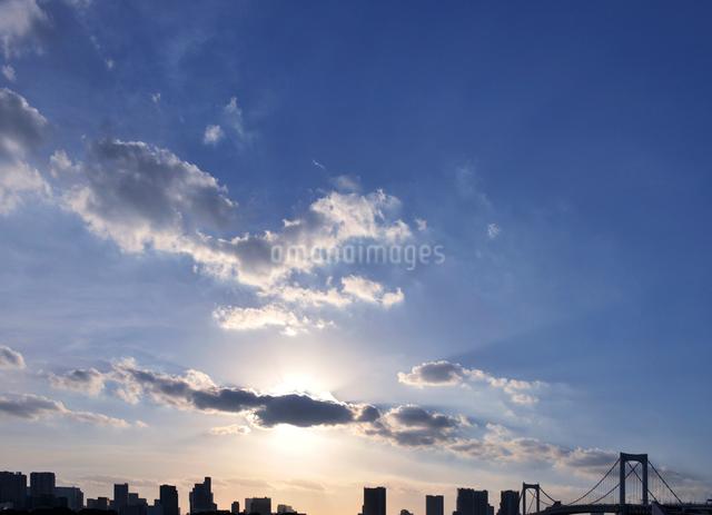 東京都心のビル群とレインボーブリッジの写真素材 [FYI01442920]