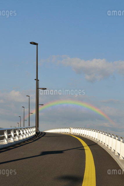 境川に掛かる日の出橋の歩道と虹の写真素材 [FYI01442936]