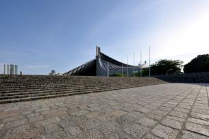 石畳と国立代々木競技場第一体育館の写真素材 [FYI01442938]