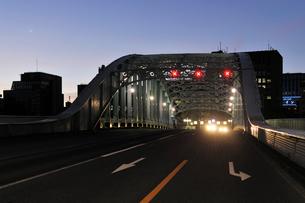 三日月と明け方の永代橋の写真素材 [FYI01442947]