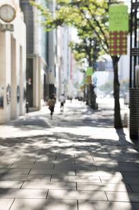 石畳の通りと銀座の街並の写真素材 [FYI01442962]