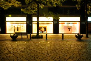 深夜のショーウインドーの写真素材 [FYI01442977]