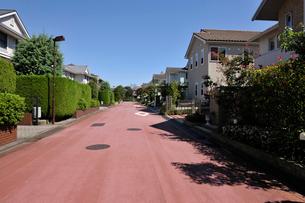 道路と高級住宅街の写真素材 [FYI01443044]