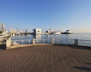 山下公園から大桟橋の豪華客船を見るの写真素材 [FYI01443076]