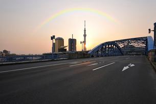 駒形橋と東京スカイツリーの日の出の写真素材 [FYI01443097]