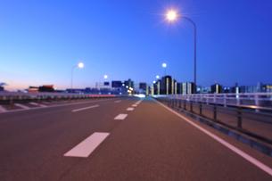 夜明けの第一京浜国道と川崎のビル群の写真素材 [FYI01443103]