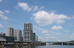 京浜運河と品川シーサイドのビル群の写真素材 [FYI01443136]