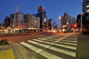 夜明け前の浅草の街の写真素材 [FYI01443191]
