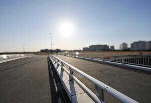 出来立ての境川の日の出橋の写真素材 [FYI01443195]