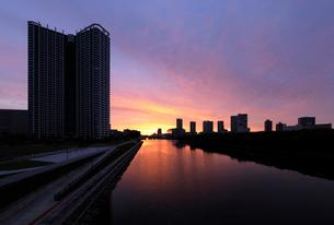 朝焼けの東雲運河と高層ビル群の写真素材 [FYI01443207]