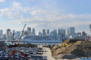 豪華客船と豊洲再開発地区の写真素材 [FYI01443211]