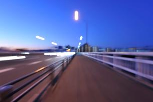 夜明けの第一京浜国道と川崎のビル群の写真素材 [FYI01443215]