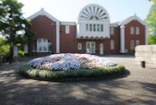 花壇と大佛次郎記念館の写真素材 [FYI01443235]