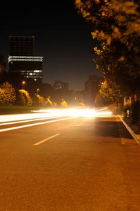 深夜の青山通りの写真素材 [FYI01443240]