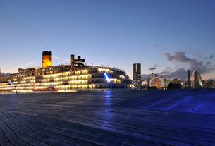 豪華客船とみなとみらいの灯の写真素材 [FYI01443247]