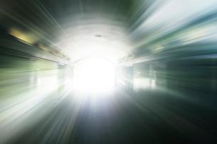 光りの差すトンネルの歩道の写真素材 [FYI01443281]
