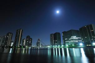 隅田川の満月と深夜のリバーシティ21の写真素材 [FYI01443325]