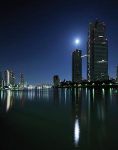 満月と深夜の隅田川の写真素材 [FYI01443337]