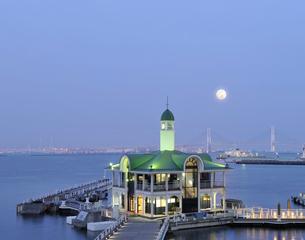 満月とぷかり桟橋の写真素材 [FYI01443375]