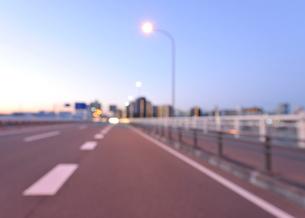 早朝の第一京浜国道と川崎のビル群の写真素材 [FYI01443403]