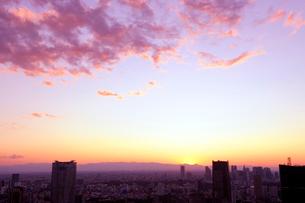 夕焼け空と都心のビル群の写真素材 [FYI01443446]