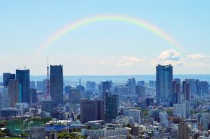 虹と都心の高層ビル群の写真素材 [FYI01443449]