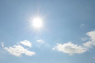 太陽と千切れ雲の写真素材 [FYI01443462]