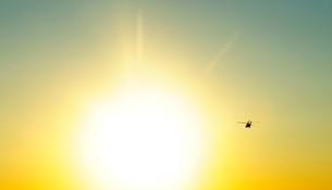 夕日とヘリコプターの写真素材 [FYI01443502]