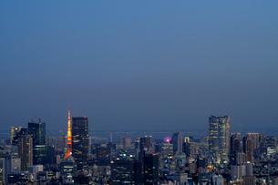 東京タワーと高層ビル群の写真素材 [FYI01443524]