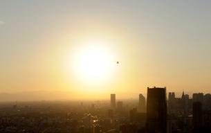 東京タワー特別展望台から見る夕日の新宿方向の眺めの写真素材 [FYI01443541]