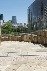 石畳の階段通路と高層ビルの写真素材 [FYI01443550]