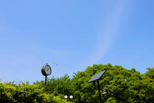 公園のソーラー時計とソーラー街灯の写真素材 [FYI01443584]