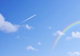 飛行機雲と虹の写真素材 [FYI01443591]