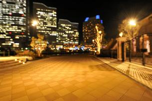 夜の石畳とみなとみらいの灯りの写真素材 [FYI01443612]