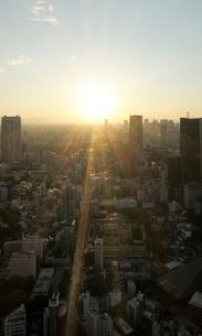 東京タワー特別展望台から見る夕日の新宿方向の眺めの写真素材 [FYI01443617]