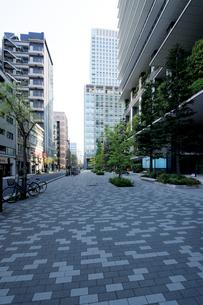 東京スクエアガーデン脇の石畳の歩道の写真素材 [FYI01443626]