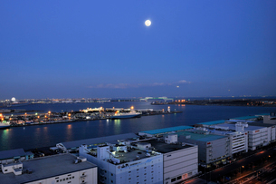満月の東京港フェリー埠頭の写真素材 [FYI01443651]
