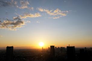 東京都心の夕日の写真素材 [FYI01443684]