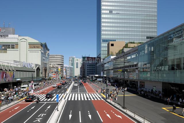 JR新宿駅南口と甲州街道の写真素材 [FYI01443689]