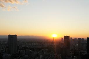 東京都心の夕日とビル群の写真素材 [FYI01443715]