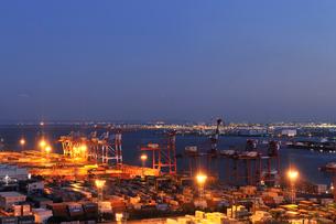 高所より見る青海コンテナ埠頭と羽田空港の遠望の写真素材 [FYI01443731]