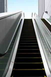 新宿駅南口のエスカレーターの写真素材 [FYI01443775]