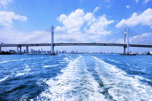 横浜ベイブリッジと観光船の航跡の写真素材 [FYI01443779]