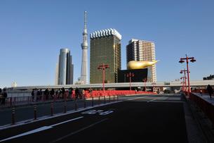 吾妻橋と夕日の当たる東京スカイツリーと高層ビルの写真素材 [FYI01443803]