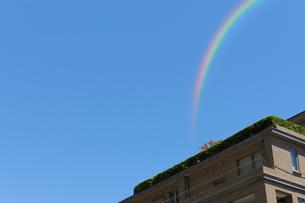 虹とマンションの写真素材 [FYI01443834]