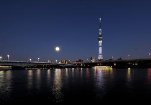 隅田川の満月と東京スカイツリーの写真素材 [FYI01443835]