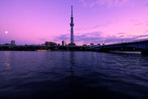 東京スカイツリーと夕焼けに染まる隅田川風景の写真素材 [FYI01443869]
