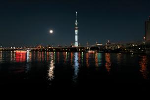 隅田川の満月と東京スカイツリーの写真素材 [FYI01443890]